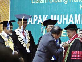 Wakil Presiden M. Jusuf Kalla (JK) menerima gelar Doktor Honoris Causa